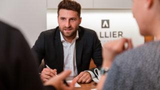 Immobilienkaufmann Luca Schwalb von Sallier Bauträger im Beratungsgespräch mit Käufern
