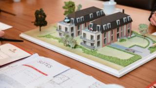 Modell eines Neubaus mit zwei Häusern beim Immobilienbüro Sallier Bauträger